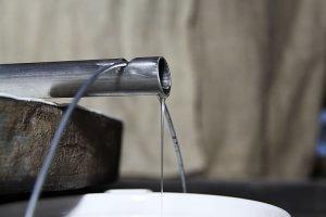 Das Öl fließt aus der Presse